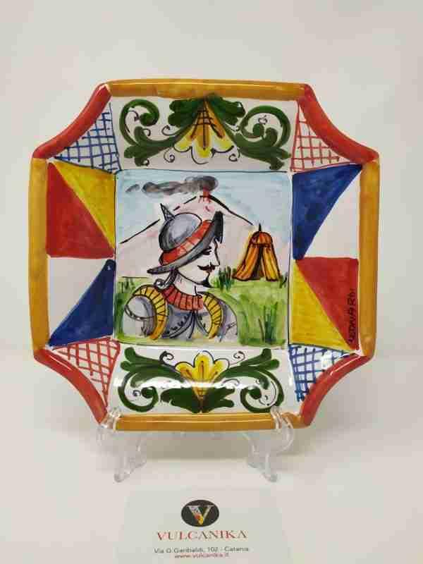 """Piatto in Ceramica di Caltagirone,soggetto """"Paladino"""" dipinto a mano da artigiano"""